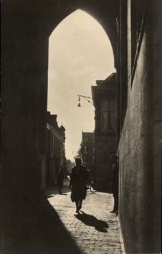 Claar Verdenius-Pronk (1915 - 1996) Onder de Domtoren, Utrecht (1949-1950). Nederlands Fotomuseum
