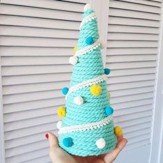 9 ideas para tu mini árbol de Navidad - Mercería La Costura Ideas Para, Crochet Hats, Christmas Ornaments, Holiday Decor, Home, Mini Christmas Tree, Christmas Balls, Red Ribbon, Knitting Hats