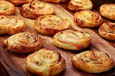 Puff pastry snails with salmon and cream cheese- Blätterteigschnecken mit Lachs und Frischkäse blaetterteigschnecken-lachs-fs. Deep Dish Pizza Recipe, Vegetarian Pizza Recipe, Easy To Make Appetizers, Soup Appetizers, Pizza Snacks, Party Snacks, Snails Recipe, Yummy Snacks, Yummy Food