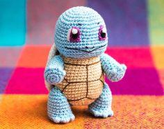 """Bitte beachte, dass es sich um eine Häkelanleitung in Form einer PDF-Datei handelt und nicht um die fertige Figur. Die Datei wird sofort nach ihrem Kauf als Download zur Verfügung gestellt. Die Datei enthält eine detaillierte Anleitung mit vielen Schritt-für-Schritt Fotografien und einer ausführlichen Materialliste um Bisasam anfertigen zu können.  Bisasam ist ein Charakter aus dem beliebten Franchise """"Pokemon"""". """"Pokemon"""" ist ein Media-Franchise, das von The Pokémon Company, einem Konsortium…"""
