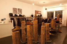 Cool trunk stands at Dunderdon in New York! Retail Store Design, Retail Shop, Boutique Interior, Wood Detail, Intelligent Design, Visual Display, Pop Up, New York, Cool Stuff
