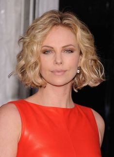 Charlize-Theron-Jaw-Length-Bob-Hairstyle-with-Waves Popular Short Hairstyles for Women 2019 Charlize-Theron-Jaw-Length-Bob-Frisur-mit-Wellen Beliebte Kurzfrisuren für Frauen 2019 Popular Short Hairstyles, Long Face Hairstyles, Haircuts For Curly Hair, Curly Hair Styles, Hairstyles Haircuts, Popular Haircuts, Bob Haircuts, Funky Hairstyles, Elegant Hairstyles