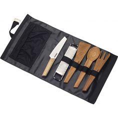 Mit diesem Set bist du aufjeden Fall der Chefkoch auf demCampingplatz.ZweiKochlöffel und ein Pfannenwender aus unempfindlichen Eichenholz, ein Lagerfeuermesser mit biegsamer Edelstahlklinge,eine kleine Reibe – und dem wohlverdientenMenü nach der Kanutoursteht nichts mehr im Weg. Vorbei die Zeiten ohne frischen Parmesan auf der Pasta! Die praktische Tasche, in der Du nach dem Essen alles wieder fix aufrollen und verstauen kannst läßt sich sogar als Unterlage verwenden, da…