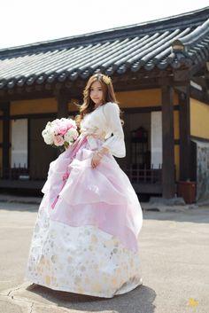 한복 Hanbok : Korean traditional clothes[dress]  | #ModernHanbok #wedding #weddingsress Korean Traditional Dress, Traditional Wedding Dresses, Traditional Fashion, Traditional Outfits, Korean Dress, Korean Outfits, Hanbok Wedding, Modern Hanbok, Korean Wedding