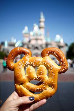 29 More Delicious Things to Eat and Drink at Disneyland - No. 2 Pencil - - 29 More Delicious Things to Eat and Drink at Disneyland – No. 2 Pencil 29 More Delicious Things to Eat and Drink at Disneyland – No. Disney World Essen, Comida Disney World, Disney World Food, Disney Desserts, Disney Snacks, Disney Recipes, Disney Trips, Disneyland Secrets, Disneyland Food