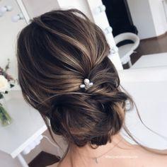 Нежный низкий пучок на русые волосы средней длины. Romantic hairstyle for a medium long hair