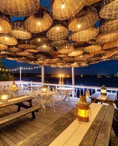 14 restaurantes espectaculares a pie de playa, como este Surf Lodge Restaurant, en Montauk, Nueva York.
