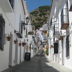 アンダルシアの白い村の一つ ミハス(Mijas)のサン・セバスチャン通り