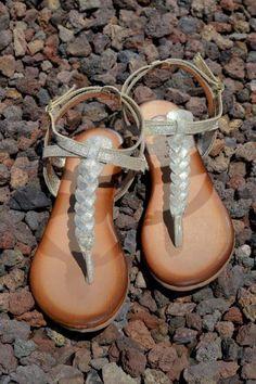 """Básicas con un toque chic para tus """"outfits"""". Son las #sandalias esclavas de Gioseppo. ¡Oro a tus pies!"""