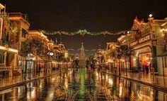 Main Street USA looking its best at Christmas. Photo by Michaela Hansen Disneyland Paris Christmas, Disneyland Main Street, Disneyland Resort, Disney Christmas, Disney Holidays, Paris Tumblr, Hdr Photography, Noel Christmas, Christmas Heaven