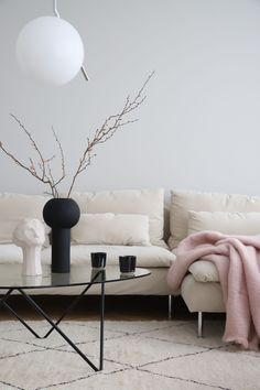 Minimalist spring vibes in the home of the founder of Cooee - she styled her IKEA Söderhamn sofa with a Bemz cover in Sand Beige Malmen velvet Beige Living Rooms, Living Room Sofa, Living Room Furniture, Söderhamn Sofa, Ikea Sofa, Home Design, Design Ideas, Ikea Soderhamn, Beige Sofa