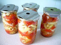 Papriku narežeme na rezance a pridáme narezané paradajky. Množstvo podľa vlastného uváženia, ale prevládať by mala paprika. Premiešame a... Salsa, Jar, Vegetables, Food, Red Peppers, Restaurant Salsa, Veggies, Essen, Jars