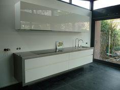 Zwevende keuken met RVS omkadering, via Flickr.