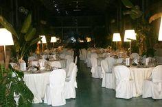 tavoli  allestiti con tovagliato bianco