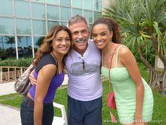 Dira Paes e Lucy Ramos fazem pose ao lado de Oscar Magrini (Foto: Salve Jorge/TV Globo)