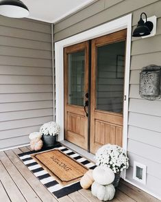 33 Magical Front Door Colors Design Ideas - All Hallows' Eve - Halloween Deko Fall Home Decor, Autumn Home, Front Porch Fall Decor, Fall Front Door Decorations, Outdoor Entryway Decor, Fall Front Porches, Entryway Rug, Fromt Porch Ideas, Modern Fall Decor