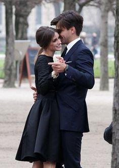 Olivia Palermo and Johannes Huebl capture their romance in a Parisian photoshoot in Les Tuileries Gardens Paris, France. Poses, Rich Couple, Classy Couple, Wedding Ideias, Couple Aesthetic, Fashion Couple, Celebs, Celebrities, Engagement Couple