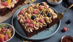 Saftig sjokoladekake med lys sjokoladekrem -video- steg for steg | Oppskrift | Meny.no Something Sweet, Acai Bowl, Cupcake, Bakery, Ice Cream, Sweets, Breakfast, Desserts, Recipes
