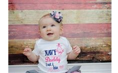 Um enfeite de duas cores preso à faixa ficou fofo nesta bebê. Foto: Pinterest/The Baby Names Meaning