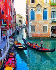 Are you heading to Italy then you must find the best things to do and see in Venice! Positano, Venice Italy Hotels, Italy Winter, Venice Painting, Italy Street, V Instagram, Italy Landscape, Travel Aesthetic, Places Around The World