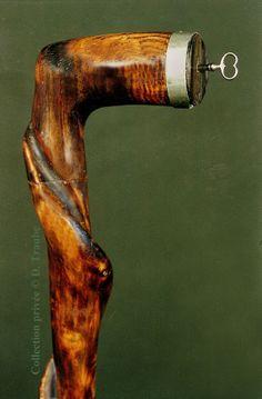 Rare canne monoxyle à système de coffre-fort placé dans le pommeau - Couvercle en corne muni d'une serrure et sa clef - XIXème siècle.