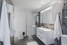 Selkeät pinnat ja lasiset yksityiskohdat luovat ylellisyyden tuntua kylpyhuoneeseen. #roofgroup #kylpyhuone #kiinteistönvälitys #sisustus #bathroom #decor Helsinki, Double Vanity, Bathroom, Heel, Washroom, Full Bath, Bath, Bathrooms, Double Sink Vanity