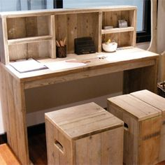 Using old wood. Pallet Desk, Pallet Barn, Pallet Furniture, Best Desk, Kid Desk, Wood Pallets, Home Office, Sweet Home, House Design