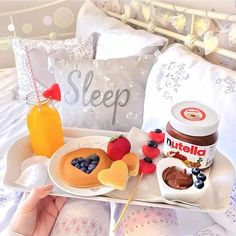 Nutella and strawberry pancakes breakfast in bed Breakfast Pancakes, Breakfast In Bed, Cute Food, I Love Food, Nutella Go, Nutella Pancakes, Romantic Breakfast, Yummy Treats, Yummy Food