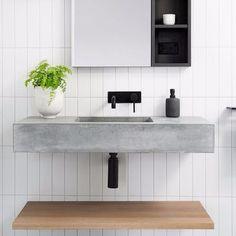 Minimalista, este banheiro acertou na escolha dos materiais! Adoramos a pia de concreto, em total harmonia com a madeira e os ladrilhos da parede! Concrete Basin, Toilet Room, Bathroom Cabinets, Interiores Design, Decoration, Ideal Home, Shelves, House, Inspiration