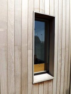 Raam ingewerkt in Iroko beplanking, geen klassieke arduin vensterbank , maar afgeschuinde Iroko tablet Wooden Cladding, Wooden Facade, Facade Architecture, Residential Architecture, Facade Design, Exterior Design, Cabin Design, House Design, External Cladding