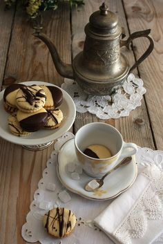 Frolle and coffee. Victorian Tea Party, Summertime Drinks, Coffee Culture, Biscotti, Scones, Tea Time, Tea Cups, Cookies, English Village