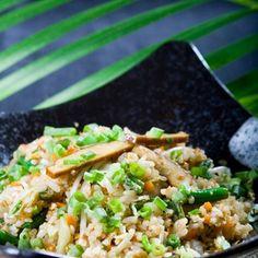 Отварить рис около 10–12 минут, почти до готовности, но не до полной мягкости. Слить и промыть под холодной водой, снова слить.