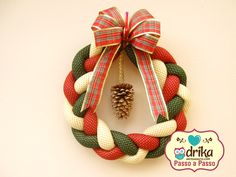Passo a Passo: Guirlanda de Natal Christmas Crafts, Christmas Decorations, Holiday Decor, Xmas Wreaths, Wreath Crafts, 4th Of July Wreath, Projects To Try, Quilts, Sewing