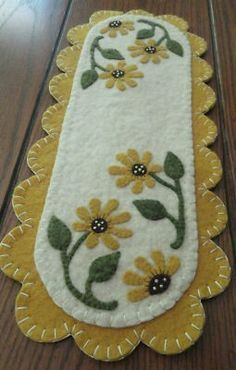 pRiMiTiVe Daisies Penny Rug Mini Table Runner Candle Mat Size Approx 15 1 2 x 6 1 2 You are looking at a Mini Daisies Table Runner that has been completely hand-stitched by seller All pieces hav Motifs Applique Laine, Wool Applique Patterns, Quilt Patterns, Embroidery Patterns, Sewing Patterns, Crazy Quilting, Crazy Quilt Stitches, Felted Wool Crafts, Felt Crafts