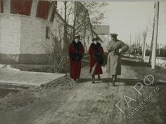 Grand Duchesses Maria and Anastasia of Russia chatting with an officer during WWI.