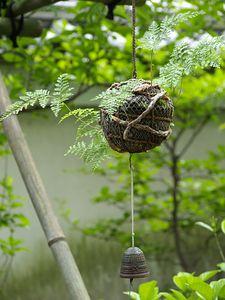 kokedama hanging w/ bell Moss Garden, Garden Art, Garden Plants, House Plants, Garden Design, Ikebana, Orquideas Cymbidium, String Garden, Japanese Flowers