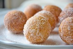 Topfenbällchen - Rezept | GuteKueche.at Eid Mubarak, Hamburger, Bread, Breakfast, Sweet, Desserts, Food, Muffins, Friday