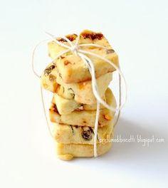 Provate a presentare questi biscottini di frolla salata in occasione di un aperitivo, sono come le ciliege: uno tira l'altro. Sono gustosi...