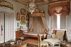R. Gnoli - An ornate baldachin shelters the count's bed, beside which is placed an antique prie-dieu; the 18th-century chaise longue is banked with Indian-silk cushions.