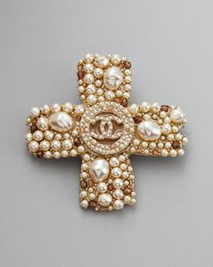 A Chanel handbag is anticipated to get trendy. So how could you get a Chanel handbag? Broche Chanel, Chanel Jewelry, Pearl Jewelry, Vintage Jewelry, Cross Jewelry, Gold Jewellery, Coco Chanel, Mademoiselle Coco, Pearl Brooch