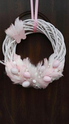 Easter Table, Easter Eggs, Wreath Crafts, Diy Crafts, Flower Oil, Wine Bottle Crafts, Easter Wreaths, Spring Crafts, Easter Crafts