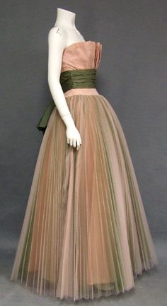 Pink and green tulle Ball Gown - I have too much boob for this, but it's so pretty! Vintage Glam, Vintage Mode, Vintage Couture, Vintage Hats, Vintage Evening Gowns, Vintage Gowns, Vintage Clothing, 1950s Style, Glamour