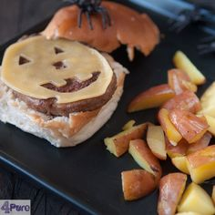 Cheeseburger with homemade oven fries for Halloween - english recipe - The dinner this week a spooky cheeseburger with homemade fries. And healthy too! It is best served with a crispy salad. A healthy Halloween meal.