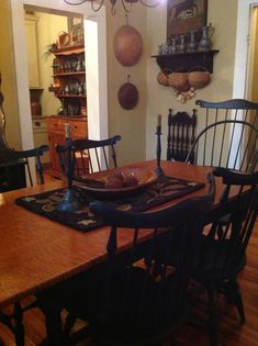 Windsor chairs& table-like it all! Primitive Dining Rooms, Country Dining Rooms, Primitive Homes, Primitive Furniture, Country Primitive, Country Living, Prim Decor, Country Decor, Rustic Decor