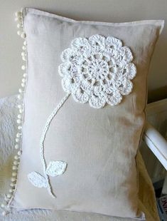 crochet flower onto linen cushion, pattern from yvestowncom Crochet Home, Love Crochet, Crochet Motif, Crochet Doilies, Crochet Flowers, Crochet Patterns, Flower Patterns, Crochet Cushions, Sewing Pillows