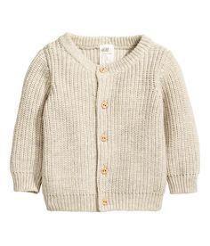 Check this out! BABY EXCLUSIVE/CONSCIOUS. Een ribgebreid vest van zacht biologisch katoen met een ronde hals en een knoopsluiting voor. – Ga naar hm.com om meer te bekijken.