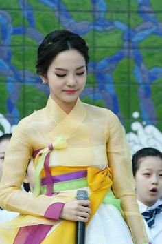 Song SoHee Korean Traditional Dress, Traditional Dresses, Korean Dress, Korean Outfits, Korean Women, Korean Girl, Modern Hanbok, Korean Peninsula, North Korea