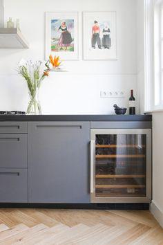 Maatwerk keuken visgraat parket met wijnklimaatkast