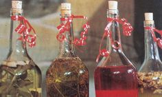 Folgende Essig-Rezepte sehen nicht nur schön aus und schmecken gut, sie sind auch geeignet als wohlriechendes Toilettenessig oder für die Schönheitspflege. Zudem sind sie in hübschen Fläschchen verpackt als Geschenk ein Unikat. Der Essig ist nach ca.1Woche gebrauchsfertig. Bei den Rezepten wird von jeweils einer 0,7-Liter-Flasche ausgegangen Blog, Bottle, Home Decor, Vinegar, Flasks, Packaging, Gifts, Recipies, Nice Asses