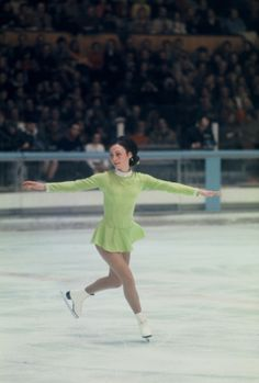 Peggy Fleming, 1968 Olympic champion in figure skating. Olympic Ice Skating, Figure Skating Olympics, Figure Skating Outfits, Olympic Gymnastics, Olympic Games, Eislauf Outfits, Peggy Fleming, 1968 Olympics, Ice Skaters